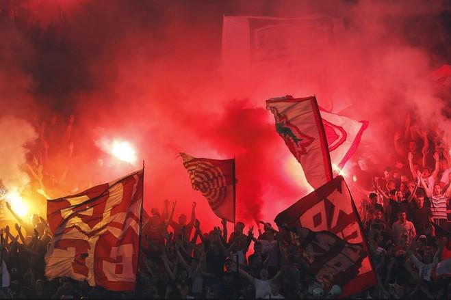 Celebración de la hinchada del Partizán en el Estrella Roja de Belgrado.