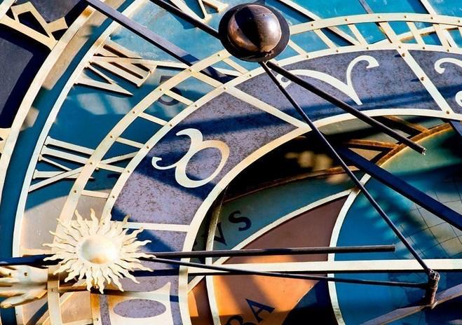 el sol, la luna y la mano del reloj astronómico de praga